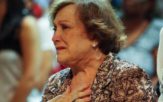 Nicette Bruno se emociona em missa de 7º dia do marido, Paulo Goulart