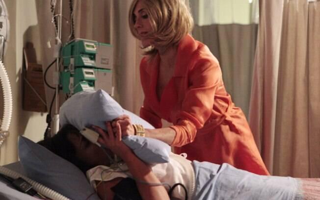 Marcela tentou chantagear Tereza Cristina, mas a vilã a sufocou com um travesseiro no hospital