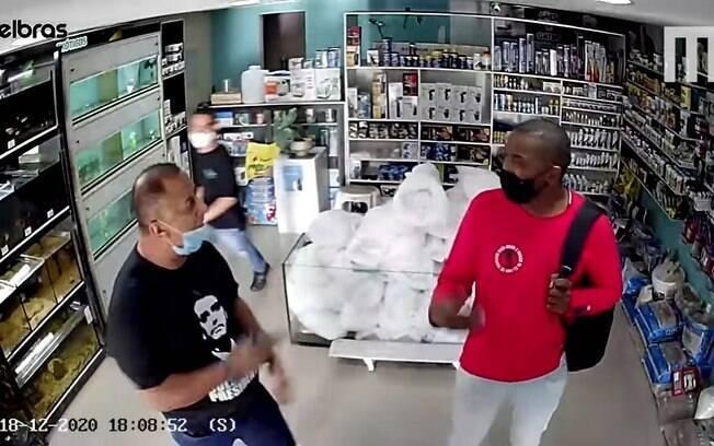 Gravação da câmera de segurança mostra o momento em que vítima é agredida após defender mulher assediada