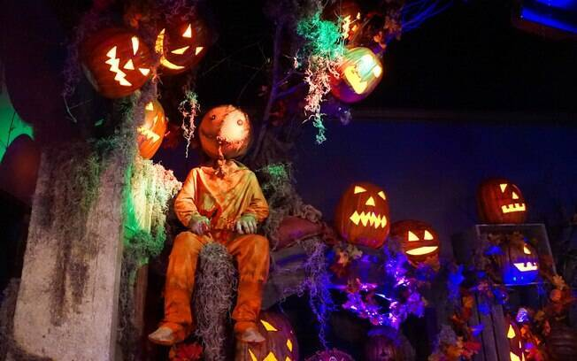 Homem vestido de espantalho no Halloween Horror Night da Universal Studios Florida