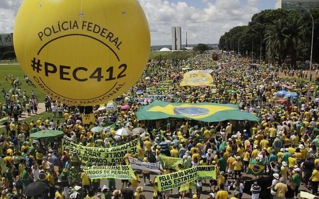 Movimento Brasil Livre faz manifestação na Esplanada dos Ministérios em Brasília
