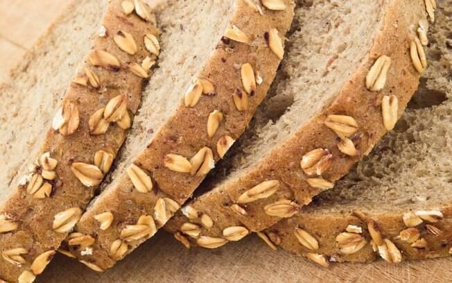 O pão integral é rico em fibras, capazes de diminuir as chances de desenvolver câncer de intestino. Foto: Thinkstock/Getty Images