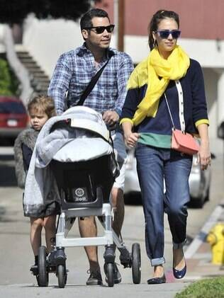 Jessica Alba e sua família deixam o parque