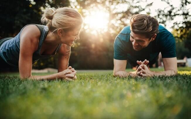 Casal treinando ao ar livre