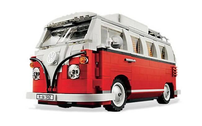 Mais clássica do que essa Volkswagen Kombi feita de Lego, só se viesse com o desenho de perua escolar.