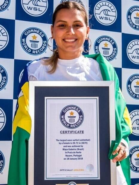 Maya Gabeira recebeu o certificado do Guinness Book pela maior onda já surfada por uma mulher