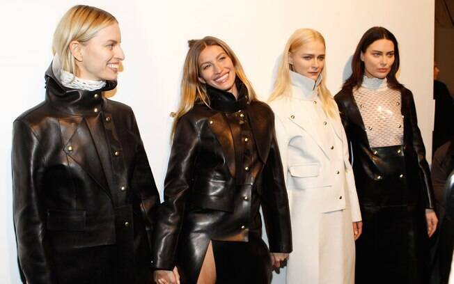 Gisele posou nos bastidores com Karolina Kurkova, Carmen Kass e Shalom Harlow