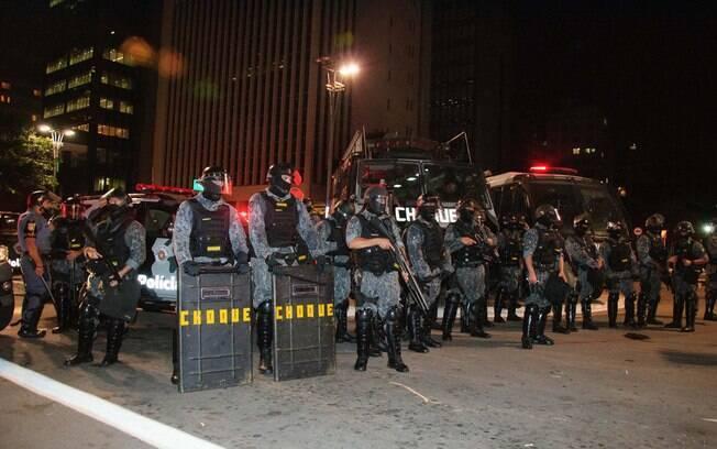 Policiais da Tropa de Choque da PM paulista com armas de efeito moral