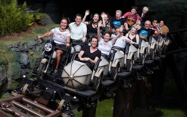 Imagem mostra os fãs animados na montanha-russa, nova atração radical do parque Universal's Islands of Adventure