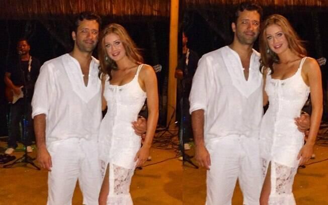 Marina Ruy Barbosa posa com o namorado, Caio Toledo, em Trancoso (BA)