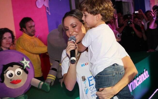 Claudia Leitte cantou com seu filho Davi no colo