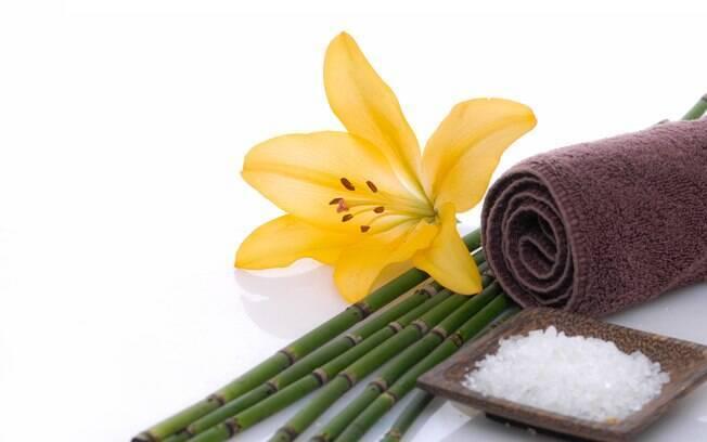 O banho de sal grosso é a forma mais famosa de descarregar as energias negativas