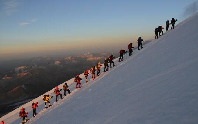 O grupo do viajante teve que escalar em fila indiana