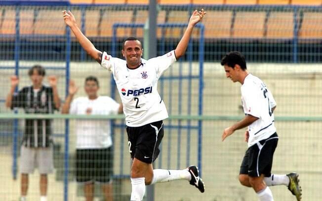 Rogério: no Palmeiras, era volante e  participou da conquista da Libertadores de 1999;  no Corinthians, virou lateral direito e ganhou a  Copa do Brasil de 2002