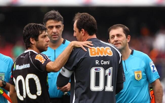 Rgoério cumprimenta Juninho Pernambucano. Os  dois estiveram juntos na seleção brasileira da  Copa de 2006
