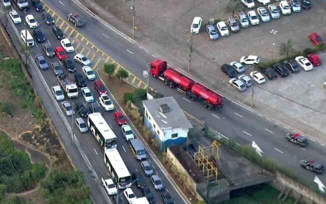 Tanque com diesel é escoltado pela PM em São Paulo nesta sexta-feira (25)