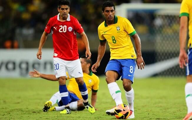 Paulinho faz o passe durante ataque da  seleção brasileira