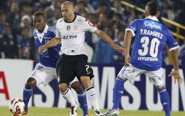 Alessandro em lance com Rentería no primeiro  tempo em Bogotá