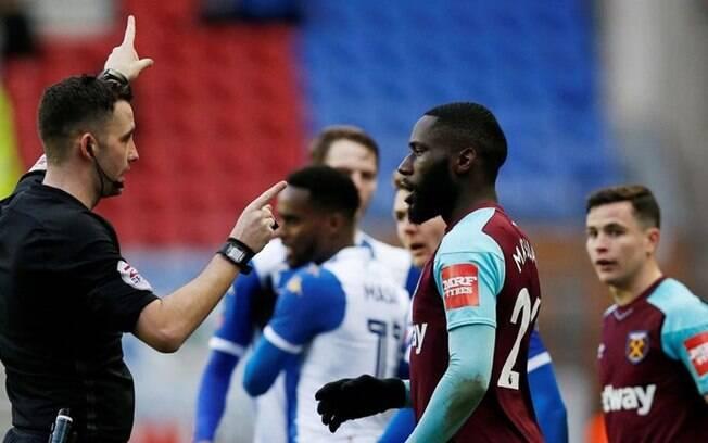 Jogador do West Ham, Arthur Masuaku, foi suspenso em seis partidas após cuspir no adversário