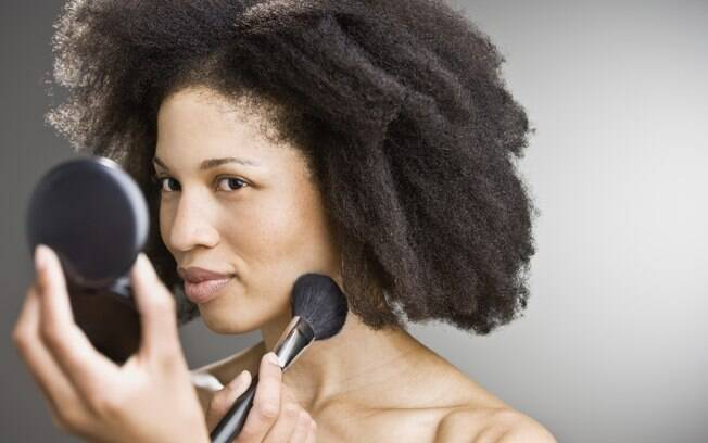 Produtos e técnicas certas ajudam a manter a maquiagem no lugar o dia todo, sem brilhos indesejados