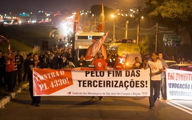 Trabalhadores protestaram em abril contra o projeto de lei que regulamente as terceirizações