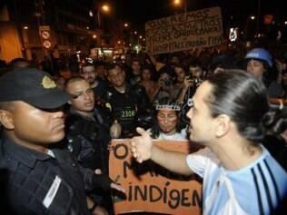 Manifestantes se aglomeram próximo à Praça da Saenz Peña, na zona norte, para protestar contra a Copa do Mundo