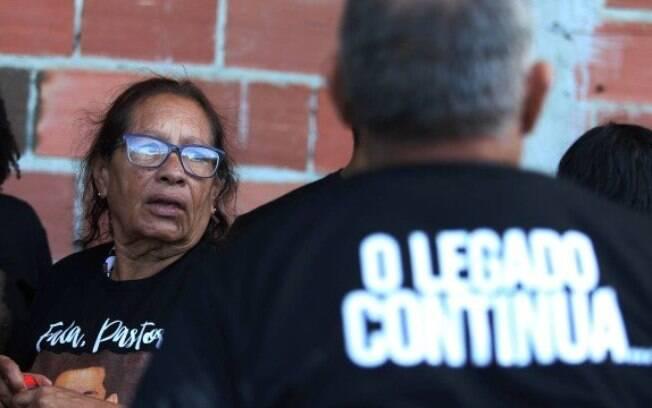 Dona Maria Edna do Carmo no enterro do filho, o pastor Anderson do Carmo, em Sao Gonçalo