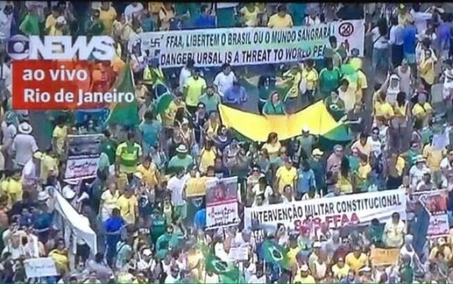 Manifestante levou faixa com suástica desenhada em protesto no Rio de Janeiro. Foto: Reprodução/Globo News