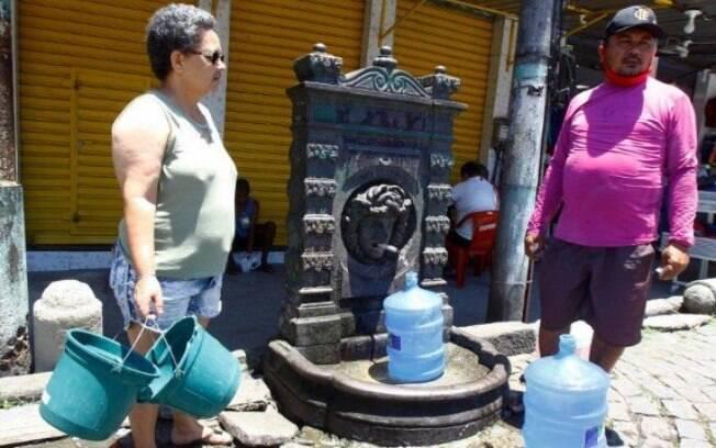 Eva Maria de Carvalho e João Vicente recorrem à fonte para conseguir água.