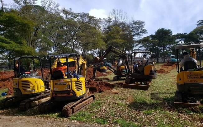 Retroescavadeiras trabalham na abertura de sepulturas no cemitério da Vila Formosa, Zona Leste de São Paulo