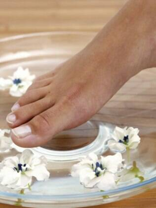 Limpar bem os pés é o começo de todo tratamento de beleza