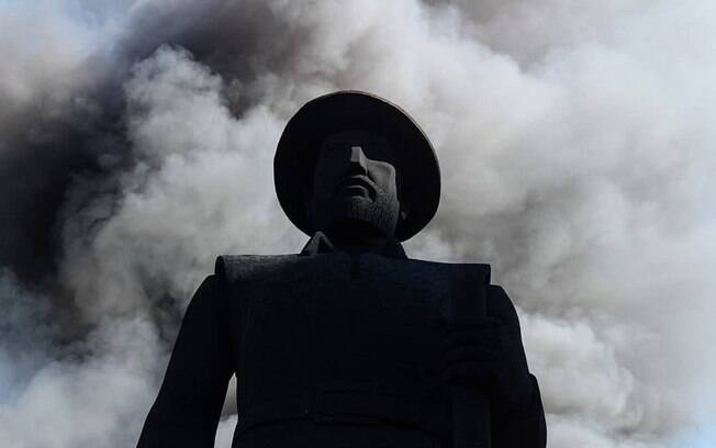 """""""Apego aos bandeirantes tem fator xenófobo"""", diz historiadora sobre estátua de Borba Gato"""