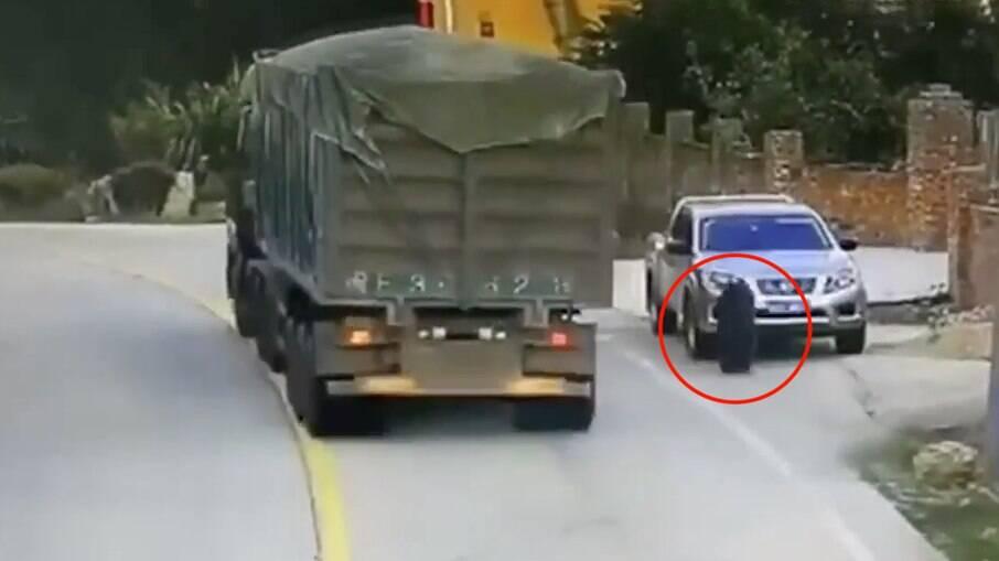 Rpda se desprendeu de caminhão e atingiu veículo