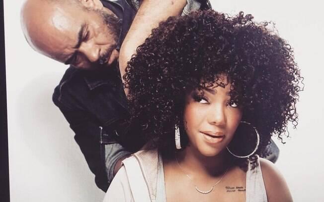 O hairstylist Wilson Eliodorio cuidando do novo visual da cantora Ludmilla. Bela e cacheada!