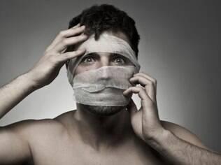 Mexer no nariz e nas pálpebras é uma prática que se tornou comum entre os homens