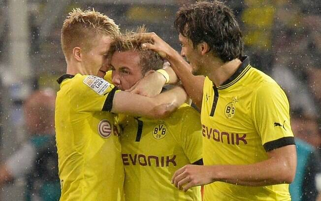 Götze (centro) é abraçado após o gol