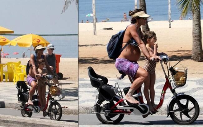 Cynthia Howlett passeia de bicicleta elétrica com a filha em Ipanema