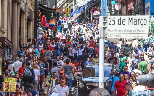 Movimento na ladeira Porto Geral e rua 25 de março as vésperas do Natal na  cidade 61b20e53740a7