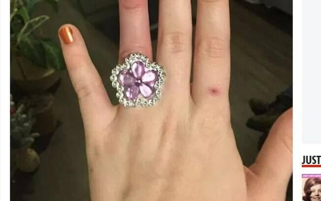 Casal vende casa para comprar anel de noivado dos sonhos e é duramente criticado nas redes sociais