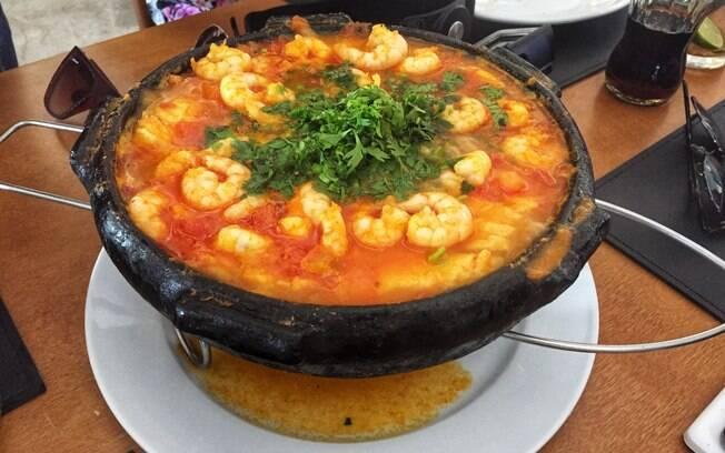 A moqueca capixaba é um prato bem típico do Estado e é muito mais leve do que a popular moqueca baiana