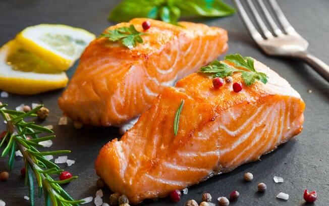 Peixes de águas frias e profundas, como é o caso do salmão, são fontes de ômega 3, que ajuda a reduzir riscos de doenças