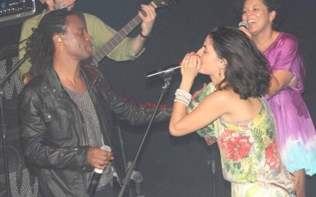 Vocalista da banda Moinho, Emanuelle Araujo recebe Toni Garrido no palco