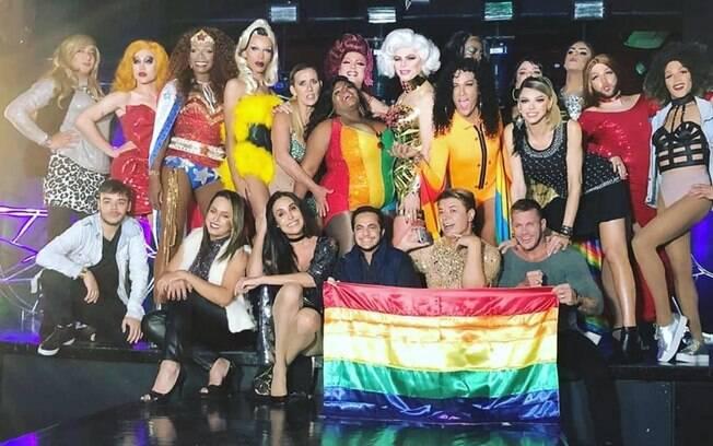 Artistas heteros causam ao se apoiar na causa LGBT para evitar fracasso no mercado musical