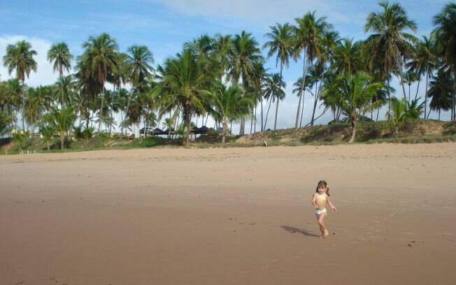 A pequena Gabriela curte o seu primeiro verão na praia