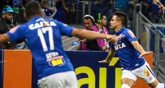 Cruzeiro vira sobre o líder Palmeiras no Mineirão