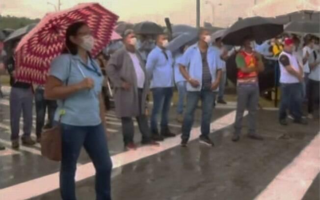 Trabalhadores da Ford protestam contra fechamento de fábrica em Camaçari