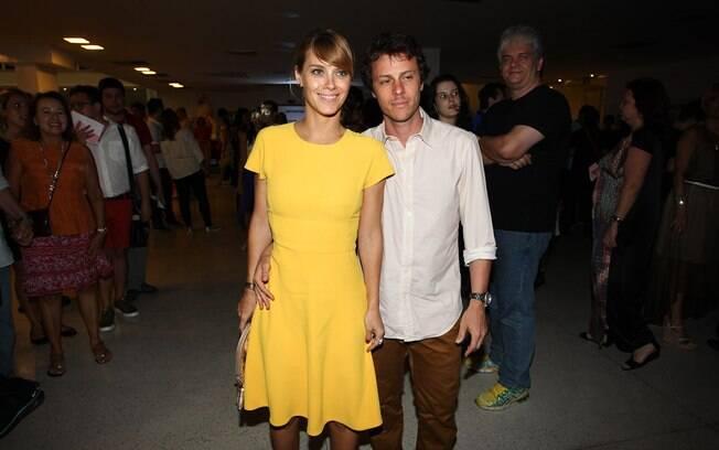Carolina Dieckmann chega ao show acompanhada do marido, Tiago Workman