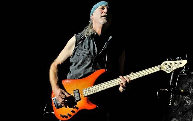 Roger Glover, baixista do Deep Purple, é mais  estrela do rock que compõe a torcida do Arsenal