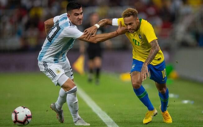 Neymar sofreu com a forte marcação da Argentina, mas Brasil venceu com assistência dele e gol de Miranda nos acréscimos