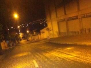 De madrugada, a rua Pitangui já estava coberta de milho
